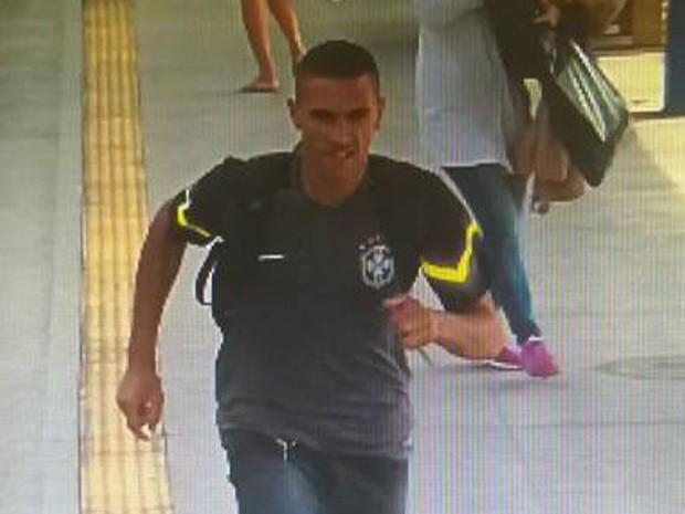 Homem com camisa verde é suspeito de esfaquear jovem em trem (Foto: Reprodução)