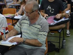 Augusto assiste aula em cursinho de Piracicaba (Foto: Marco Guarizzo/G1)