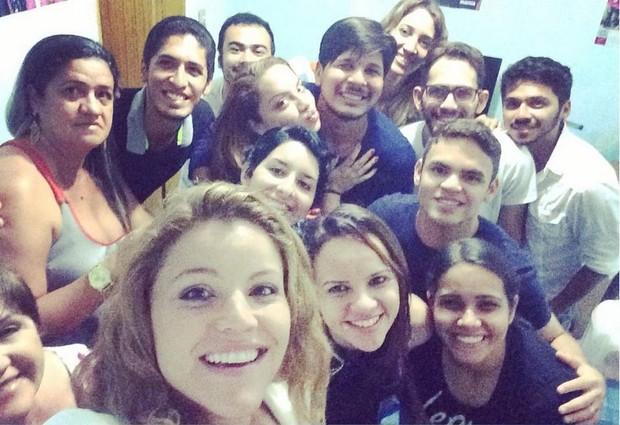 Fantine com fãs em show intimista em Natal (Foto: Reprodução/Instagram)