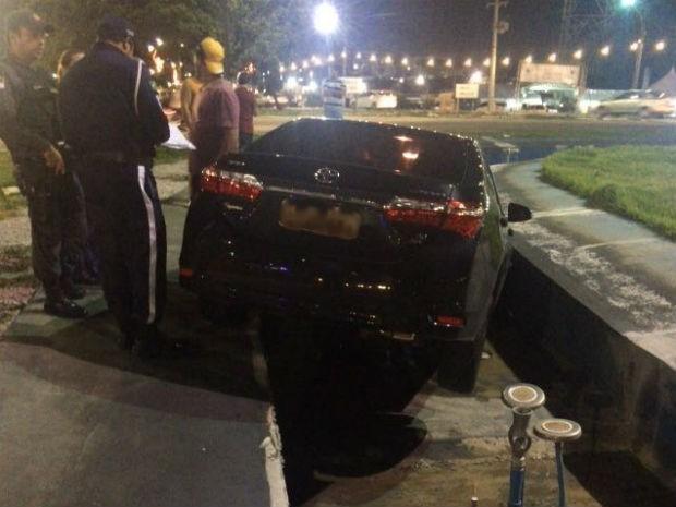 Bandidos perderam o controle do veículo e invadiram fonte (Foto: Clayton Carvalho/Inter Tv Cabugi)