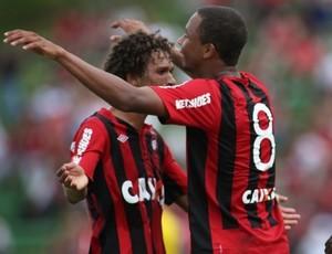 Manteiga e Hernani na vitória do Atlético-PR sobre o Cianorte (Foto: Divulgação/Site oficial do Atlético-PR)
