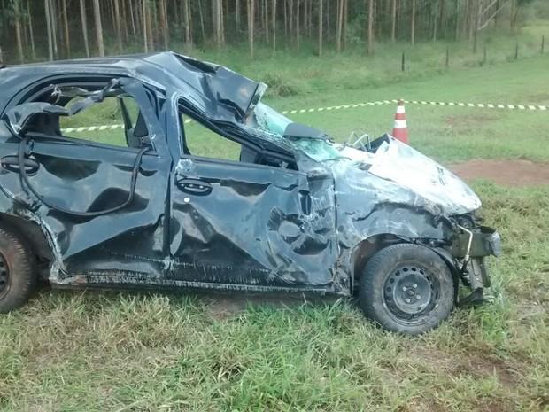 Motorista capotou o carro e caiu em uma ribanceira  (Foto: Agência 14 News/ Divulgação )