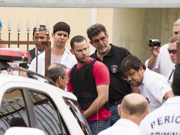 Guilherme Longo se aproxima do portão da casa antes de fazer caminho para suposto ponto de drogas (Foto: Érico Andrade/ G1)