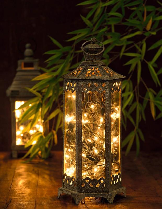 Luzinhas de Natal podem ser aproveitadas o ano inteiro: dentro de lanternas de ferro, elas criam um lindo efeito no ambiente (Foto: Iara Venanzi / Editora Globo)