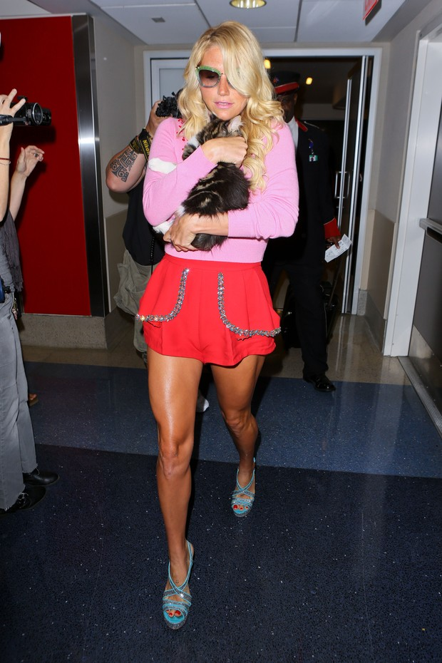 X17 - Kesha em aeroporto de Los Angeles, nos Estados Unidos (Foto: X17online/ Agência)