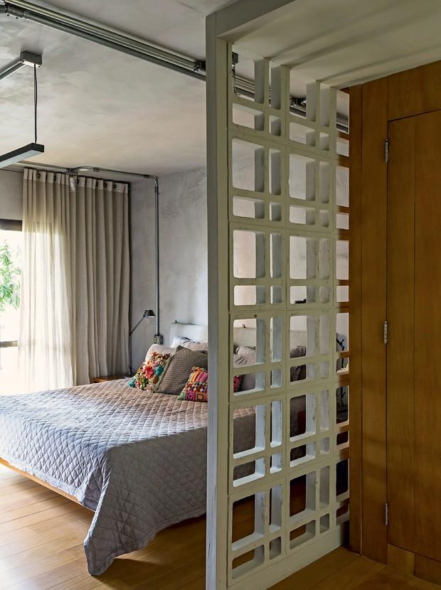 Apartamento equilibra o estilo industrial com madeira e for Cortinas estilo industrial