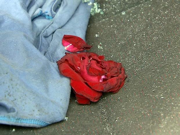 Rapaz levou flores e disse que era para o velório da ex-namorada (Foto: Reprodução/TV Tribuna)