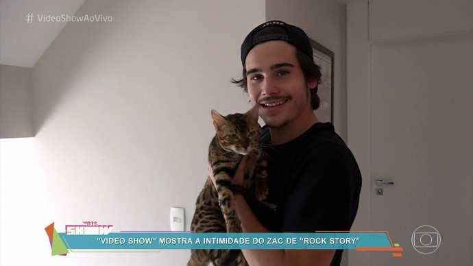 O galã mostra sua gatinha Marli, seu mais novo xodó (Foto: Rede Globo)
