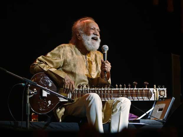 Músico indiano Ravi Shankar, durante um concerto em Bangalore, na Índia, em fevereiro de 2012. (Foto: Aijaz Rahi / Arquivo / AP Photo)