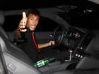 Neymar se irrita com paparazzo ao deixar festa de Thiaguinho