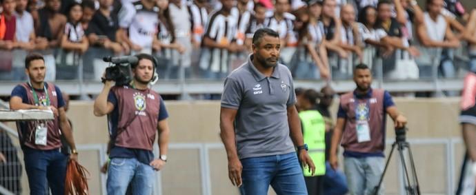 Técnico Roger Machado observa o clássico Cruzeiro x Atlético-MG (Foto: Bruno Cantini / Flickr do Atlético-MG)