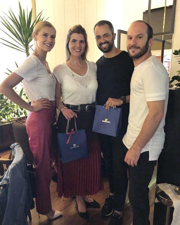 A modelo Celina Locks, a gerente de marketing da Swarovski Flavia Borghi, o fotógrafo Leo Faria  e o manager Vagner Fernandes (Foto: Reprodução / Instagram)