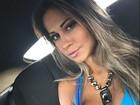 Mayra Cardi capricha no decote para passear de carro