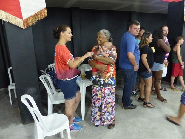 Dona Leonir tem seis tataranetos na escola - o mais novo, vai no colo (Foto: Fernando Castro/ G1)