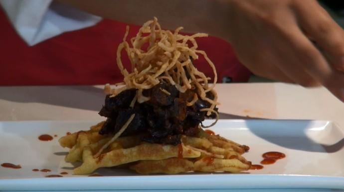 Chefe de cozinha tranforma o pão de milho em waffle (Foto: reprodução EPTV)