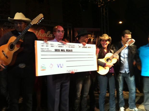 """Abel Cardoso (à esquerda) é o autor da música vencedora, """"Sou Caipira de Verdade"""". (Foto: Valdivan Veloso/G1)"""