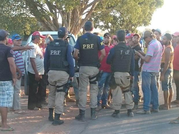 PRF negocia com manifestantes e libera tráfego na BR-155, no sudeste do Pará. (Foto: Divulgação/ Polícia Rodoviária Federal)