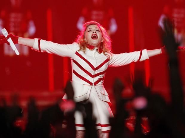 A cantora Madonna se apresenta na noite da véspera no Staples Center, em Los Angeles. (Foto: Mario Anzuoni/Reuters)
