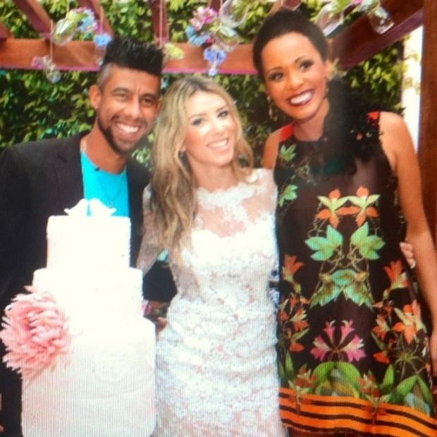 Léo Moura e Camila Silva com ex-BBB Aline Mattos em festa de casamento no Rio (Foto: Instagram/ Reprodução)