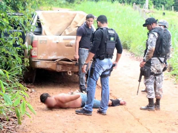 Com ele, a polícia encontrou munições no bolso da calça (Foto: Edson Azevedo)