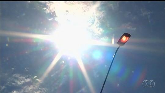 Trecho da BR-153 tem luzes acesas de dia e apagadas à noite, em Goiás