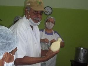 Instrutor do Senar Minas, José Ferreira Coelho, ensina técnicas de produção do queijo Cabacinha. (Foto: Diego Souza/G1)