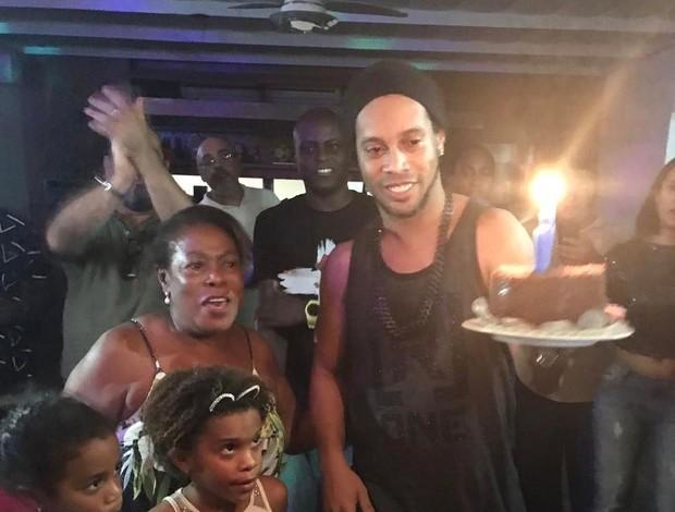 BLOG: Ronaldinho celebra aniversário ao lado de Jorge Aragão e ex-Fundo de Quintal
