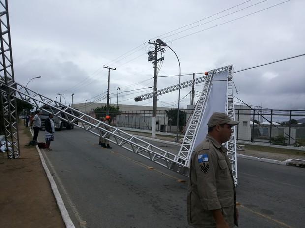 Pórtico de entrada do Encontro de Motos caiu com o vento forte em Cabo Frio, RJ (Foto: Renata Cristiane)