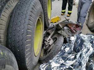 Moto ficou destruída após acidente fatal em Santos, SP (Foto: Divulgação/ Polícia Militar)
