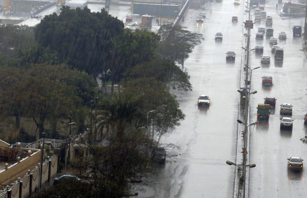 Uma tempestade fez com que nevasse pela primeira vez em décadas no Cairo, capital do Egito, nesta sexta-feira (13) (Foto: Amr Nabil/AP)
