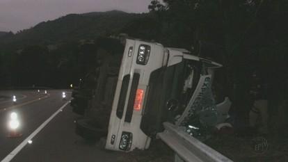 Acidente com caminhão de Descalvado, SP, deixa três pessoas feridas no Sul de Minas