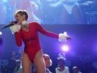 Comportada mas nem tanto: Miley Cyrus exibe as pernas em show