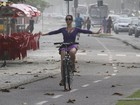 Juliana Didone anda de bicicleta na orla da Barra da Tijuca, no Rio