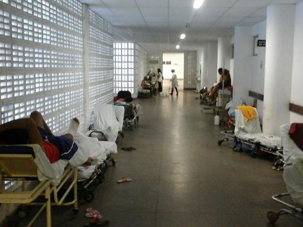 Pacintes aguardam po cirurgias no corredores do Hospital (Foto: Aqruivo Pessoal / Residentes)