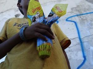 Menino que vive nas ruas recebe chocolate dos voluntários do Abraço Branco (Foto: Waldson Costa/G1)
