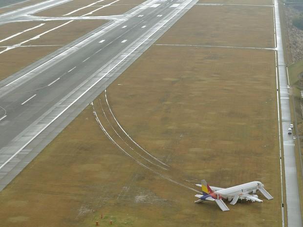Avião da Asiana Airlines é visto após derrapar para fora da pista durante o pouso no aeroporto de Hiroshima, no Japão. O Airbus A320 chegava de Seul, na Coréia do Sul, na manhã desta quarta-feira (15), no horário local (Foto: Kyodo/Reuters)