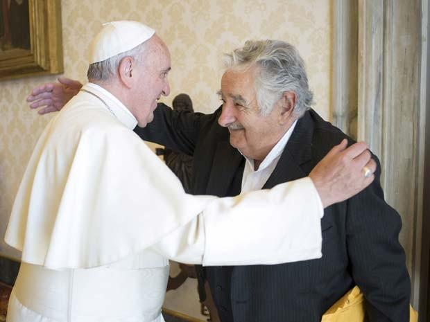 Papa Francisco e José Mujica, ex-presidente do Uruguai, se encontram nesta quinta-feira (28) no Vaticano (Foto: REUTERS/Osservatore Romano)
