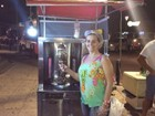 Casal dribla crise com venda de churrasco grego em Vitória