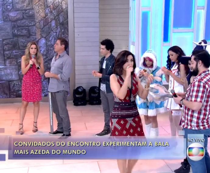 Fátima e convidados experimentam bala mais azeda do mundo (Foto: TV Globo)