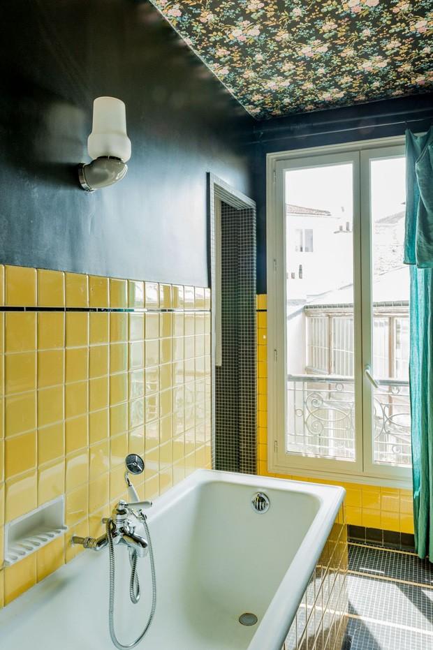 Décor do dia: banheiro com azulejo amarelo e papel de parede no teto (Foto: Côté Maison/Reprodução)