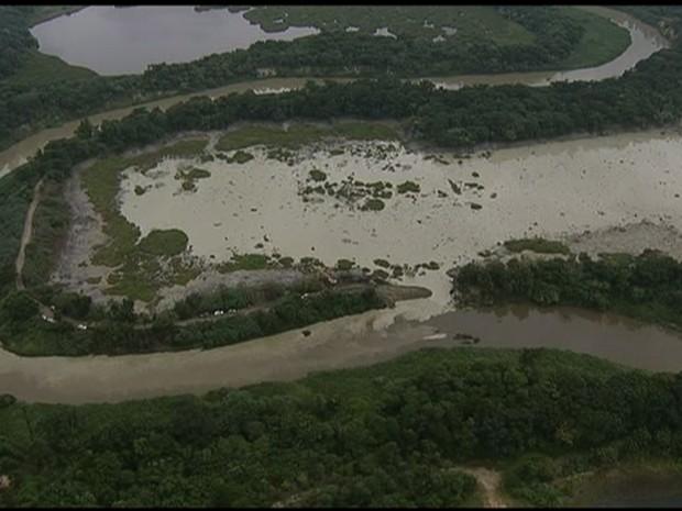 Resíduos interromperam captação de água no Paraíba em São José (Foto: Reprodução/TV Vanguarda)