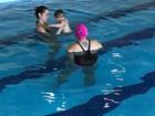 Adriana Sant'Anna mostra aula de natação de Rodriguinho: 'Tibum'