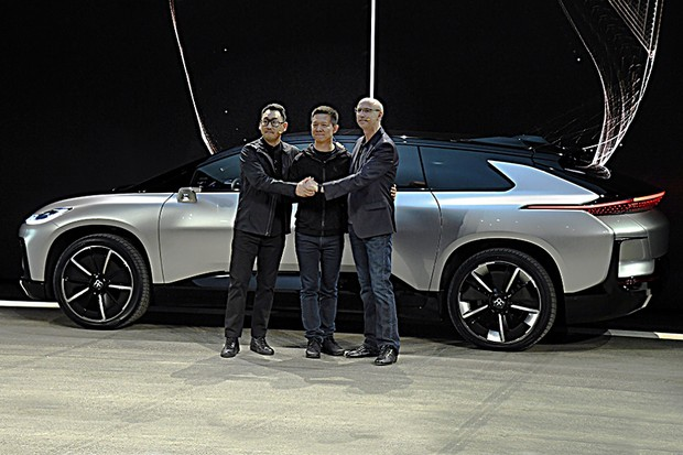 Vice-President Richard Kim, CEO YT Jia e Vice-Presidente Senior Nick Sampson na revelação do Faraday Future FF 91 (Foto: Ethan Miller/Getty Images)