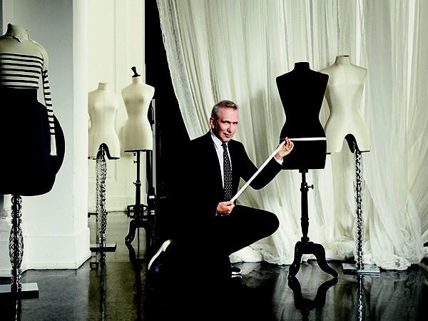 O estilista Jean Paul Gaultier: visionário, libertário e quebrando padrões da moda desde a década de 80 (Foto: Divulgação)