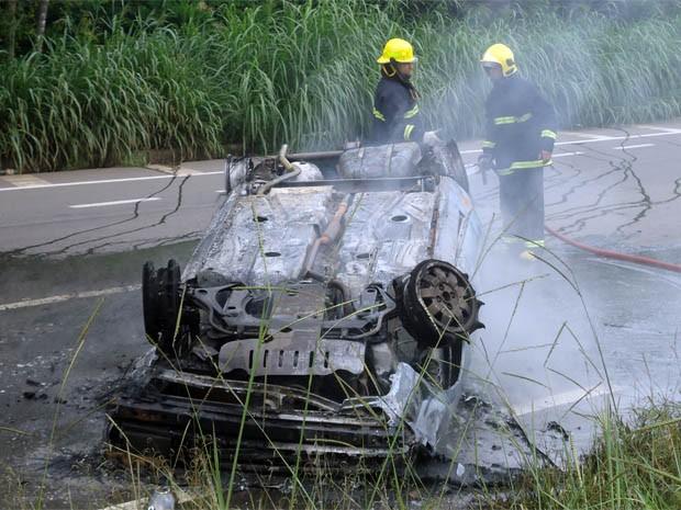 Carro ficou incendiado e motorista embriagado foi preso em Varginha (Foto: Antônio Augusto/Arquivo Pessoal)