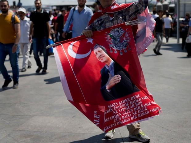 Bandeiras com a foto do presidente Recep Tayyip Erdogan, que sofreu uma tentativa de golpe de estado, é vendida em Istambul (Foto: Petros Giannakouris/AP)