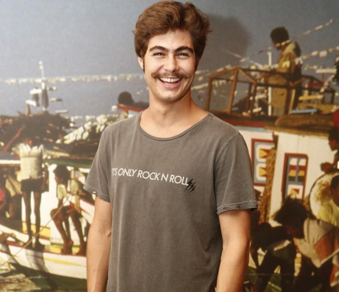 É só sorriso! Rafael Vitti posa com o 'bigodón' de Carlos Eduardo, seu personagem (Foto: Inacio Moraes/ Gshow)