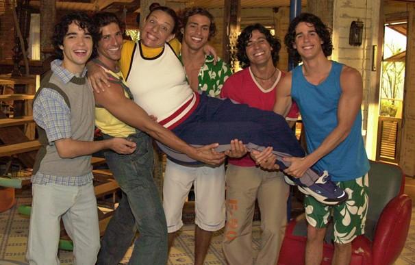 Edilásia Sardinha (Rosi Campos), e seus cinco filhos: Apolo (Reynaldo Gianecchini), Ulisses (Leonardo Brício), Thor (Cauã Reymond), Dionísio (Pedro Neschiling) e Abelardo (Caio Blat) (Foto: Gianne Carvalho/TV Globo)