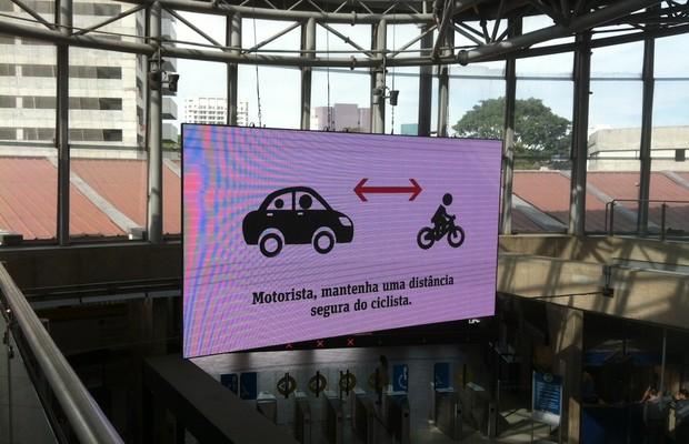 Telão na estação Pinheiros do Metrô exibe campanha lançada no domingo, 11/agosto (Foto: Sabrina Duran)