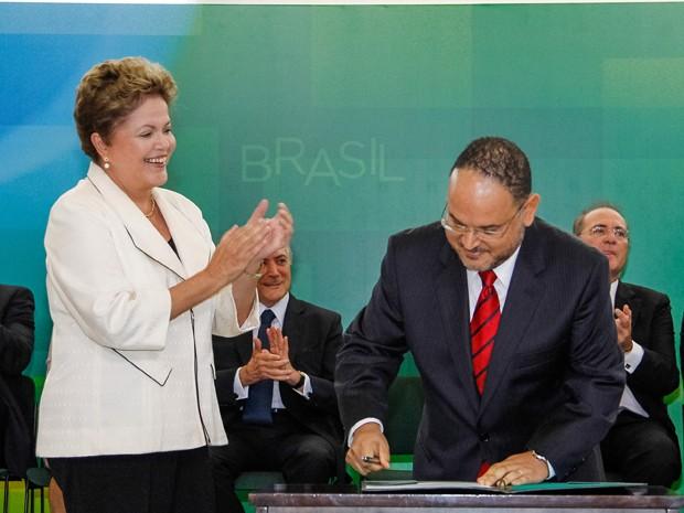 O ministro da Educação, José Hneirque Paim, assina termo de posse no Palácio do Planalto, nesta segunda (3) (Foto: Roberto Stuckert Filho / PR)